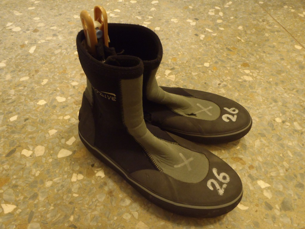 溯溪鞋淘汰標準 1.大於1.5cm破損有一處即淘汰 2.小於1.5cm破損有兩處以上 3.毛氈底小於0.5公分 4.拉鍊不堪使用
