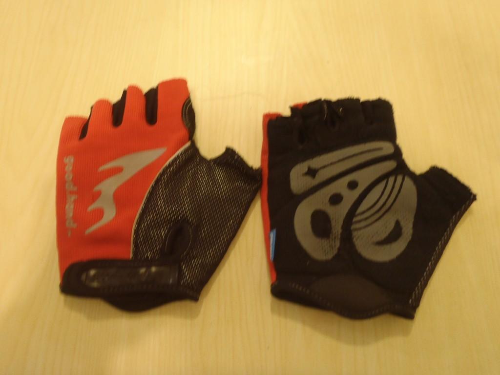 手套的破損原因比較單純 皆為掌心有裂縫 且90%發生在右手掌