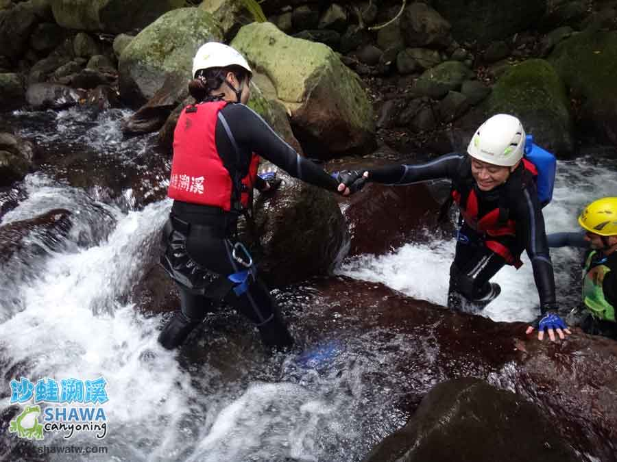 沙蛙溯溪-老梅溪-第一難關-Shawa Canyoning & River Tracing Taiwan
