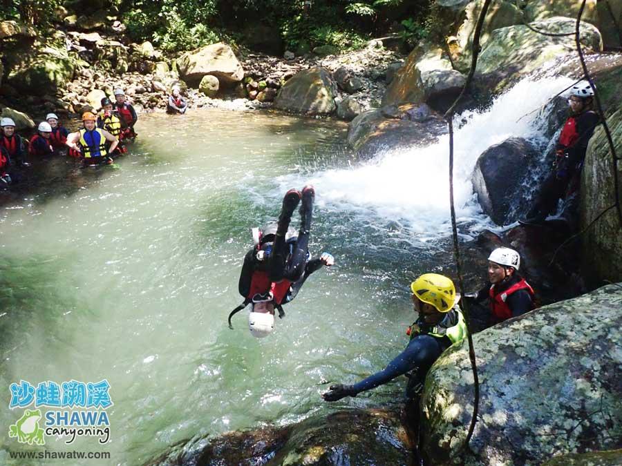 沙蛙溯溪-老梅溪-老梅冷泉跳水1-Shawa Canyoning & River Tracing Taiwan