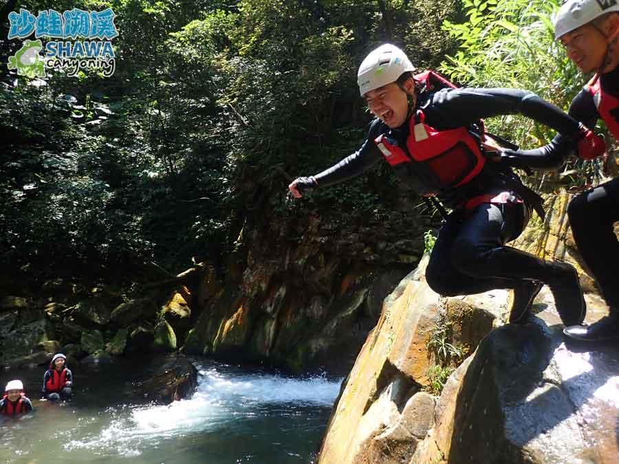 沙蛙溯溪-老梅溪-老梅瀑布跳水1-Shawa Canyoning & River Tracing Taiwan